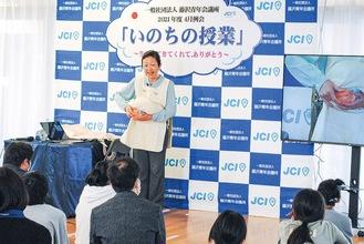 冒頭、大きなお腹から赤ちゃんを出して見せた寺田さん。ライブでオンライン配信した
