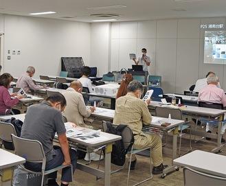 東京五輪本番へ向け研修を受けるボランティア