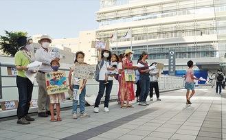 市役所前で温暖化防止を呼び掛ける市民団体メンバーら