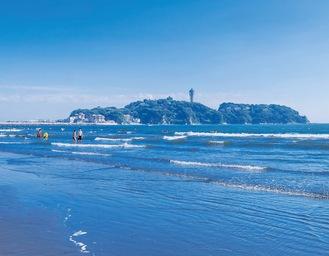 江の島を望む海水浴シーズンの片瀬西浜(本人提供)