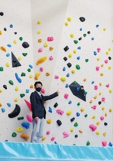 障害者も利用できるボルダリング壁を紹介する大塚所長
