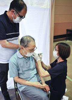 ワクチン接種を受ける施設利用者(=8日、沼海岸)