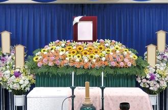 ひまわりメインの花祭壇