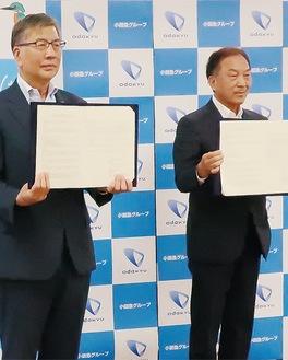 連携協定を結んだ鈴木市長(左)と星野社長