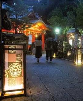 灯籠が灯る江島神社(7月17日撮影)