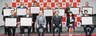 贈呈式の様子。中央左が最上氏、同じく右が藤崎所長