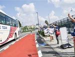 江の島で選手の乗ったバスを出迎えるボランティア