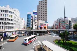 藤沢の玄関、藤沢駅(南側)。藤沢駅から新宿駅まで電車で移動した場合、およそ53分~1時間3分ほどかかる。運賃は900円~990円(2021年10月現在)