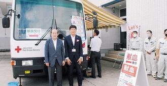 献血会場を提供した世羅局長(右)と最上氏