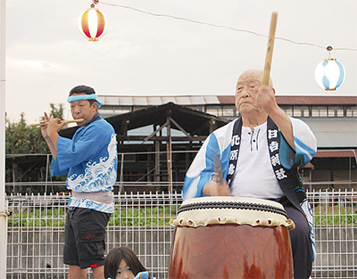 重田さんが太鼓を披露