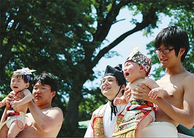 白旗神社で泣き相撲