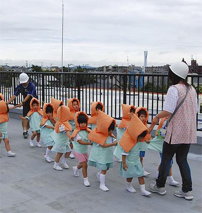 幼稚園で津波避難訓練