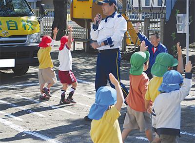 横断歩道は手を挙げて