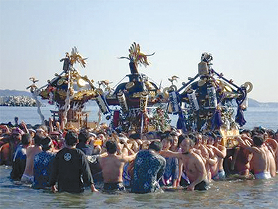 神輿4基が片瀬の海に