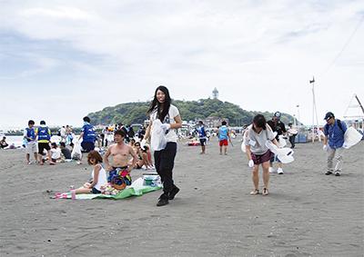 留学生が東浜で清掃活動