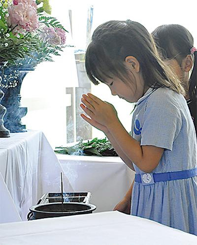 園児らが祈り捧ぐ