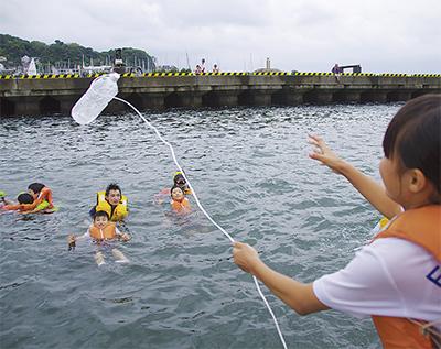 海難事故に備え着衣訓練