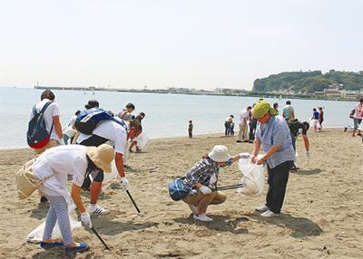片瀬東浜で美化清掃