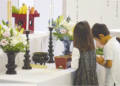 園児らが祈り捧げる