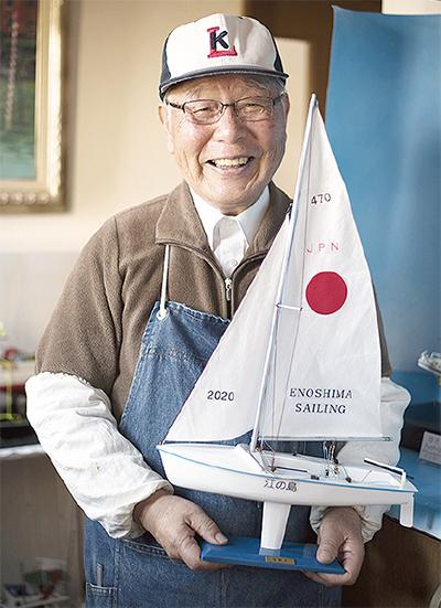 戸倉さんヨット模型を寄贈