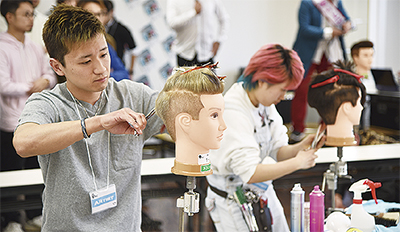若手理容師ら腕前競う