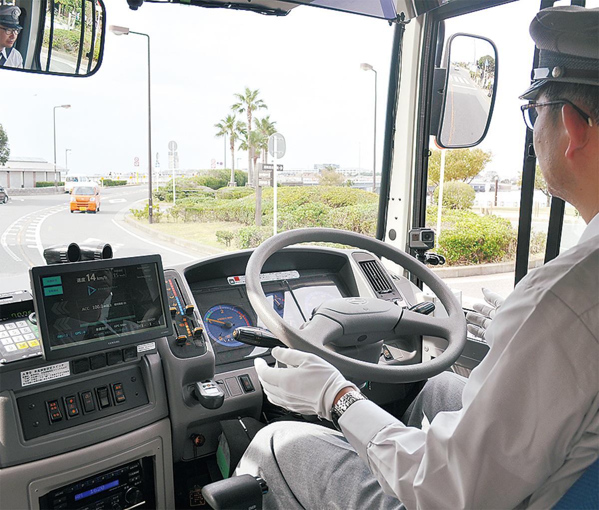 自動運転バスを試験走行