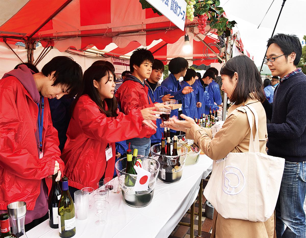 市役所でワインの祭典