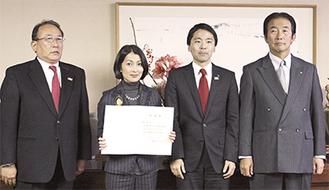 親善大使の委嘱状を手にする鶴田真由さんと左から井手太一観光協会会長、松尾市長、大崎哲郎商工会議所会頭