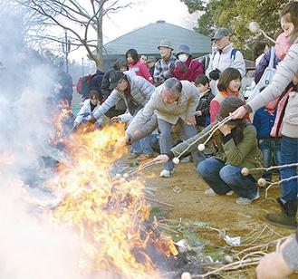 勢いよく上がる炎に果敢に挑む。子どもたちは大はしゃぎ