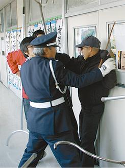 警察が駆けつけるまでは、教師や警備員が対応
