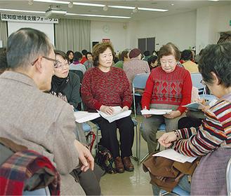 グループに分かれ、参加者同士で話し合いも(市福祉センターで)