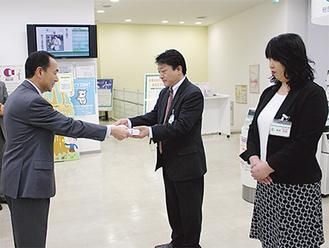 前田克彦鎌倉署長(左)から感謝状を受ける村井達也支店長