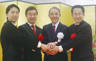 長谷川社長(右から2人目)を囲む松尾市長(左)松沢県知事、海老根市長(右)
