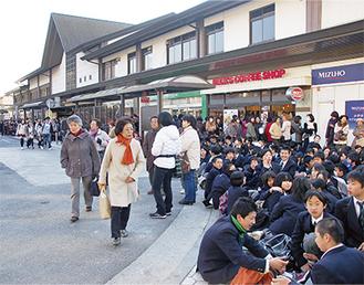 地震発生直後、JR鎌倉駅は人でごった返した