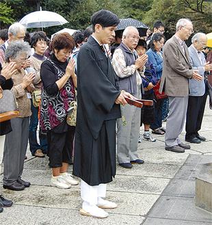佐藤孝雄住職と大仏へ祈りを捧げる