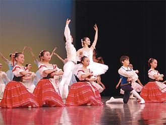 写真はスズキ・クラシック・バレエ・アカデミーの演技