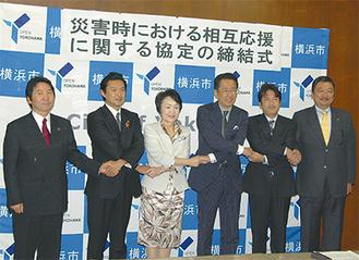 横浜市の林文子市長を中央に4市の市長ら。鎌倉市からは大谷副市長(右)が出席