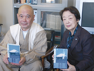 尾崎会長(右)と大下副会長が歌集を説明(今月13日市役所)