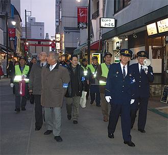 鎌倉署員らが小町通りをパトロール