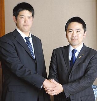 「開幕1軍を目指すので、ぜひ球場に足を運んでください」と加賀美投手(左)