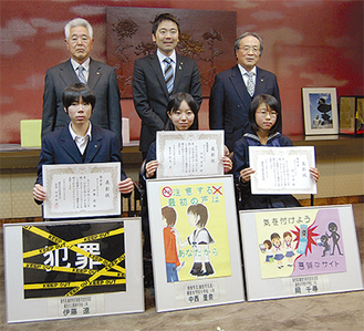 応募作品179点の中から選ばれた(前列左から伊藤さん・中西さん・岡さん)