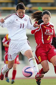 澤選手とプレーする大滝さん(左)(昨年12月:大滝さん提供)
