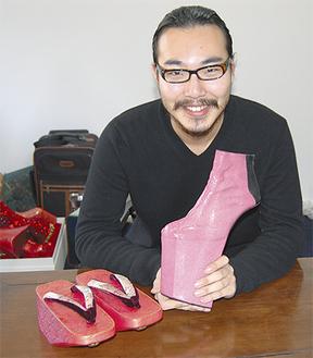 「服飾関係者に100通くらいメールした」という卒業制作作品(右)。左は、靴のモデルとなった「ぽっくり下駄」で、大学時代に制作したもの