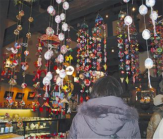 かまくら陶芸館には近隣の作家による色鮮やかな吊るし飾りが飾られている