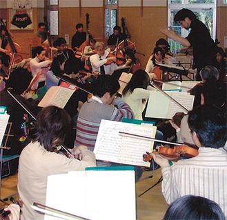 定期演奏会に向けて練習を重ねる=鎌倉交響楽団提供