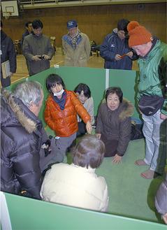 宿泊用ブースを体験する参加者(10日、深沢小)