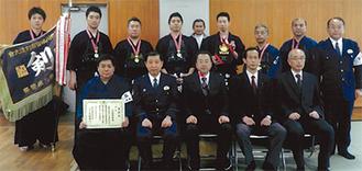 2連覇を達成したメンバーら=大船警察署提供