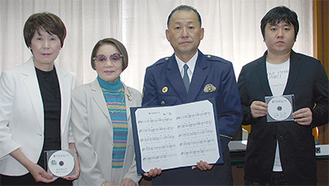 左から歌担当のSHIZUEさん、作詞のグランマ史絵さん、小林署長、作曲のSHOTAさん=今月16日鎌倉警察署