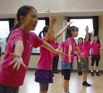 本番を控え、歌とダンスの練習に力が入る=6月29日、玉縄学習センター
