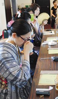 鬼頭天薫堂の須田映三社長による香の講義のもと、「聞き香」をたしなむ=14日、ツドイで